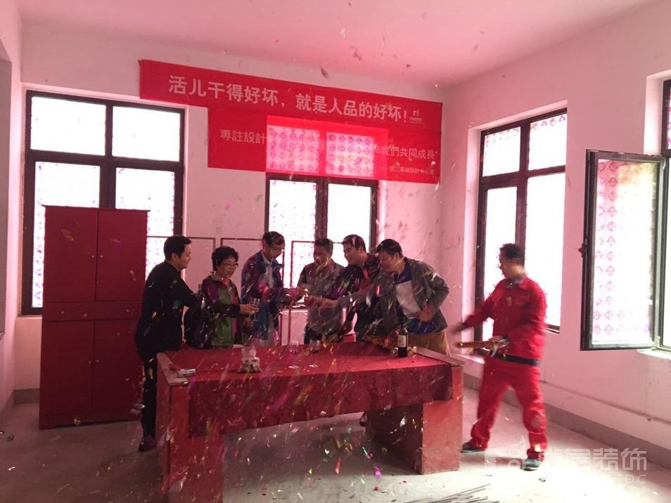 中海尚湖世家开工典礼所有在场人员举杯庆祝