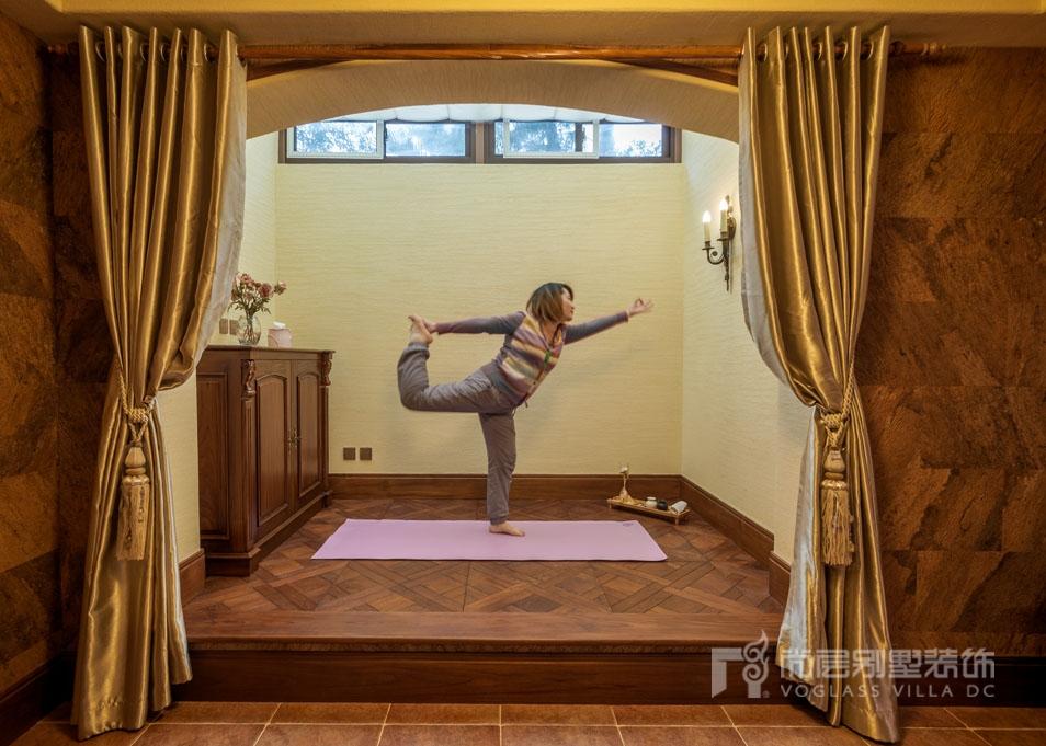 夏宫休闲室业主太太正在做瑜伽