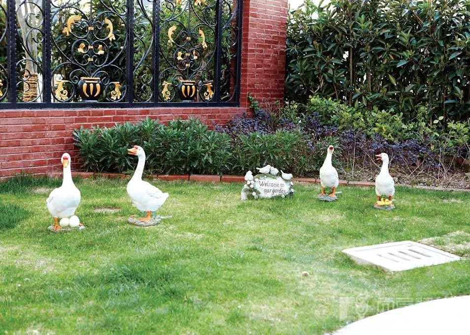 银丽高尔夫别墅院子里鸭子摆件