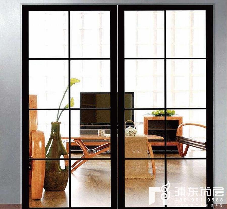 客厅与阳台或者卧室与阳台间使用一个玻璃隔断或玻璃推拉门
