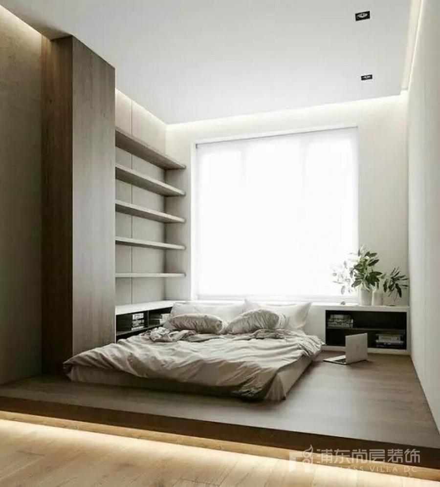 卧室中装榻榻米的情况比较常见,以半屋来布局榻榻米,那么榻榻米之上可以作为睡眠、休闲、收纳区域,而之下则可作为工作区域,工作、休闲能共处一室但又互不干扰,还能因势利导,营造氛围,打造出一个多功能房。因而,不仅是对于收纳有要求的小户型,许多经济条件好和房屋面积比较大的家庭都喜欢在室内设置造型各异的地台,以满足美观与实用的需求。